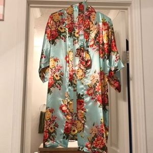 Other - Silky, floral robe!